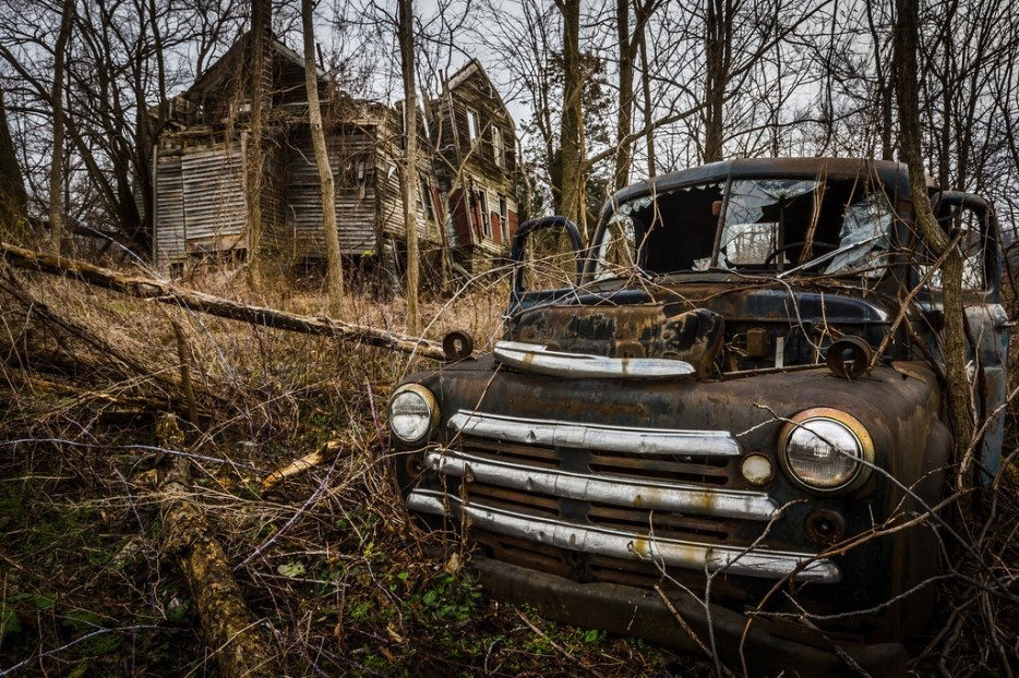 #3. This farmhouse in Seneca Lake, New York is also a graveyard for antique cars.